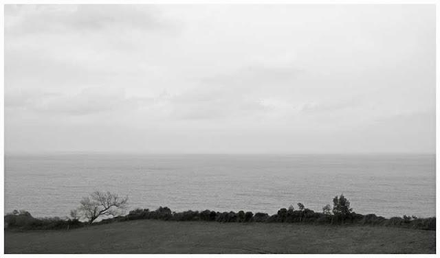 Fotografía blanco y negro del Mar Cantábrico, desde los acantilados en la localidad de Villaverde (Villaviciosa - Asturias). Foto de Pablo Basagoiti Brown