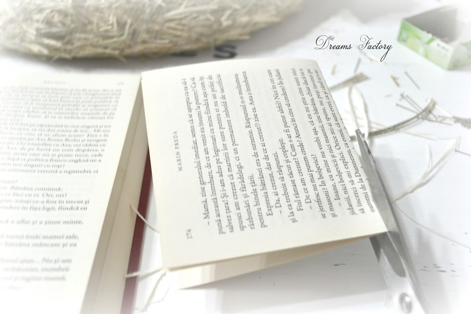 Book page wreath with French touches - Ghirlanda din pagini de carte, cu accente frantuzesti