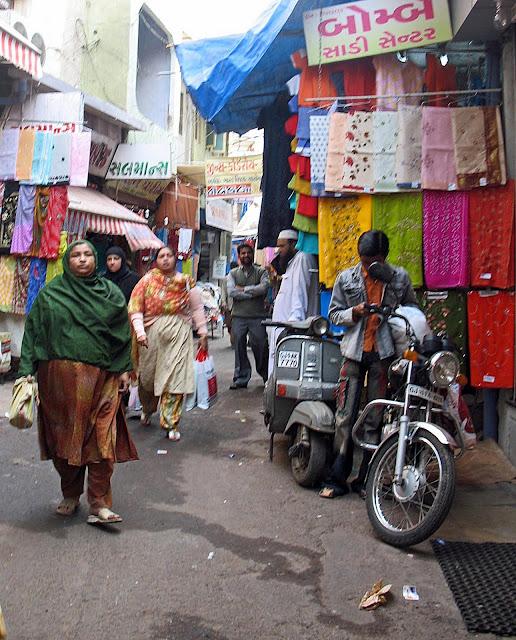 oveweight women shopping