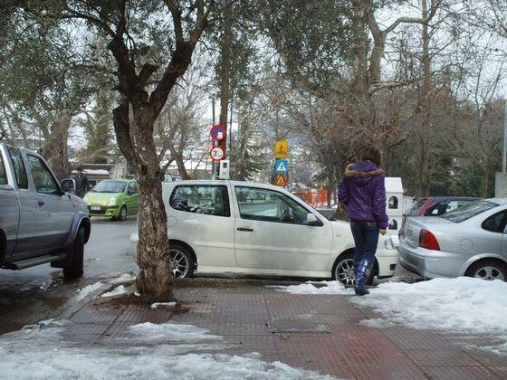 Ανύπαρκτος χώρος για τον πεζό ανάμεσα στα παρκαρισμένα