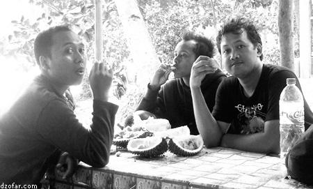Makan duren di pantai karanggongso