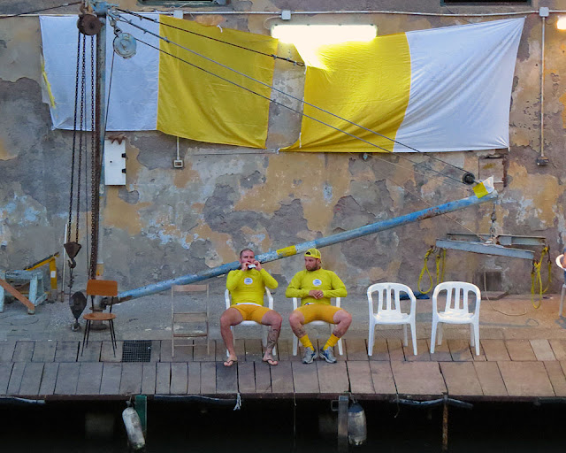 Rowers of the Benci-Centro before the race, Fosso Reale, Livorno
