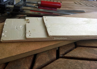 Collage des planches en bois avec un décallage de réalisé