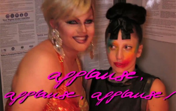 Lady Gaga posa com drag queen em vídeo com letra da música 'Applause'
