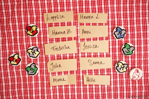 aliciasivert, alicia sivert, alicia sivertsson, broderi, embroidery, needlework, textile, craft, hantverk, slöjd, hand made, diy, do it yourself, alster och makeri, cross stitch, korsstygn, korsstygnsbroderi, julklapp, utlottning, julklappsutdelning, julklappsutlottning, give away, knapp, button, harry potter, hogwarts, gryffindor, hufflepuff, slytherin, ravenclaw, crest, sköld, vapen