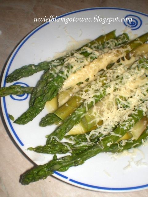 Szparagi polane masłem z parmezanem