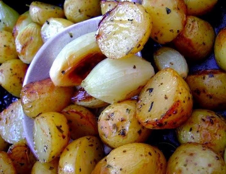 Batatas e Cebolas Assadas com Alecrim (vegana)