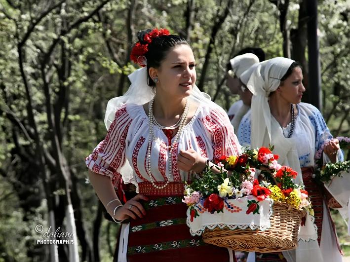 http://4.bp.blogspot.com/-tBEHxzA_zJ4/T4FpSq043xI/AAAAAAAAJHo/Ehr5tHRxZNA/s1600/muzeul-satului-girls-from-Romania.jpg