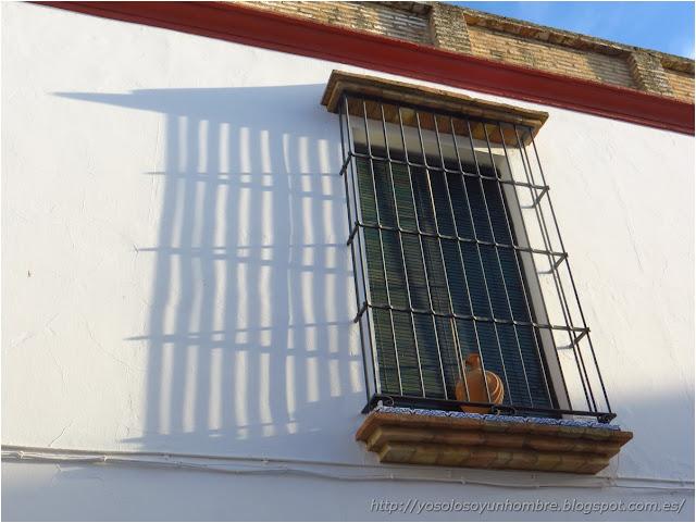 Curiosas las ventanas con rejas y vasijas