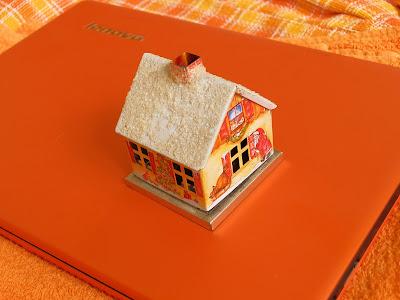 оранжевый ноутбук