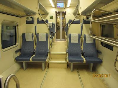 Vista interior del vagón adaptado  con dos niveles comunicados por escalones