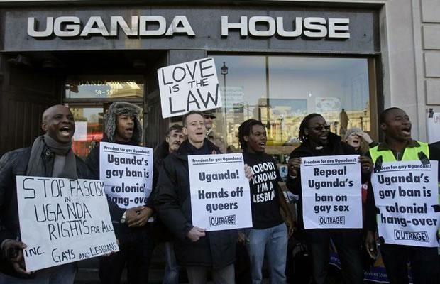 Ativistas fazem protesto contra projeto de lei que prevê penas mais duras contra LGBTs  (Foto: AP)