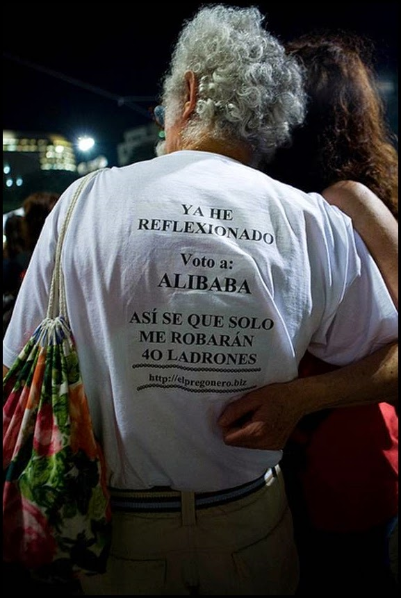 Hombre con camiseta votando a alibaba.
