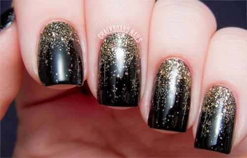 unas decoradas negro y dorado