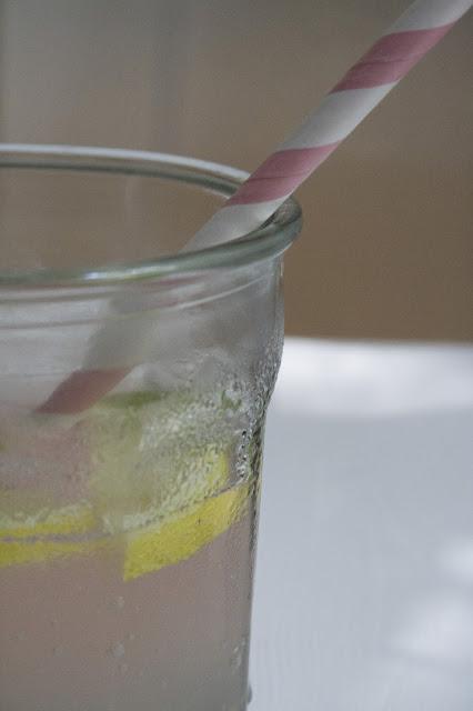 Zitronenlimonade wird pink