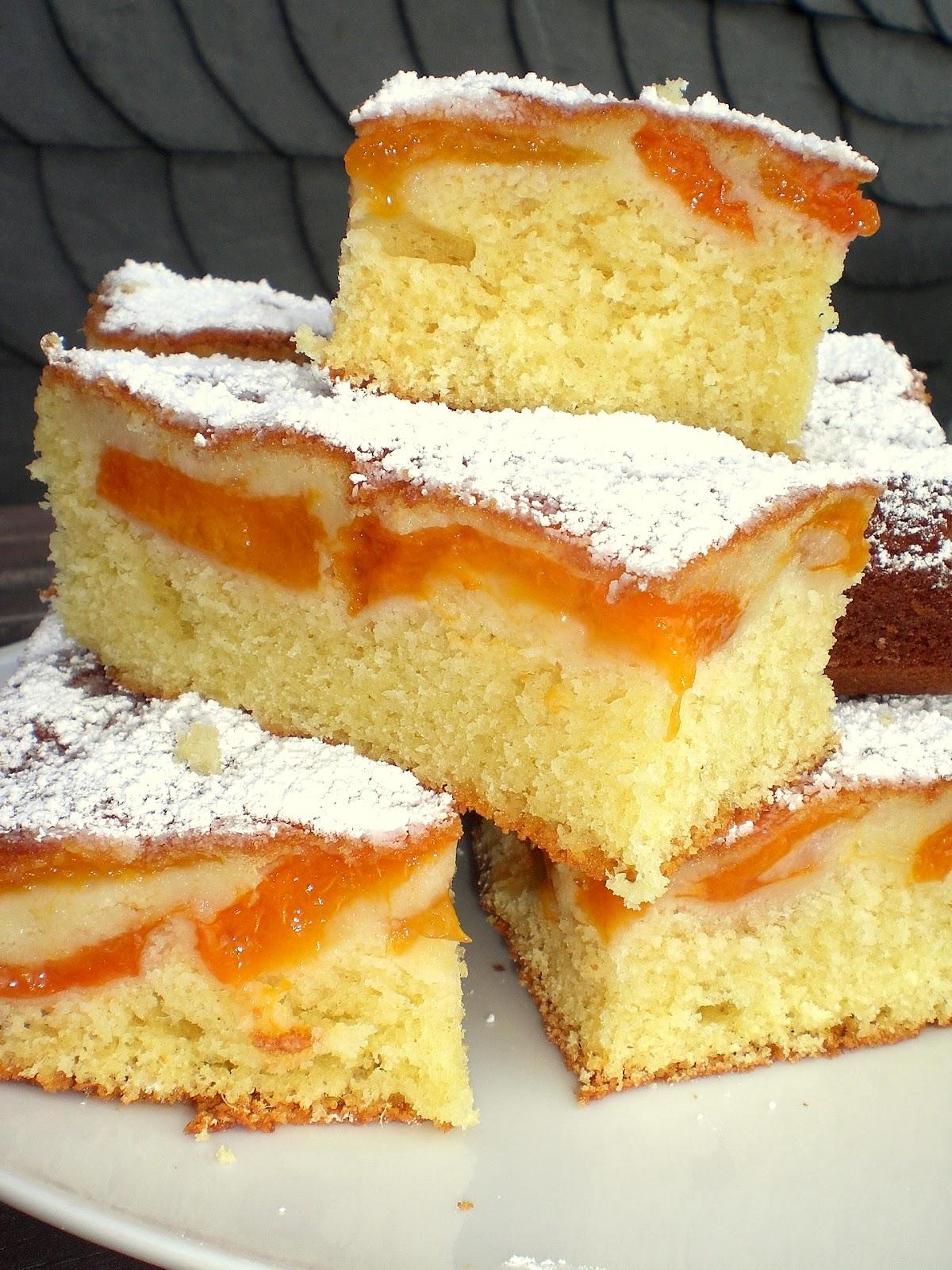 Nach dem Backen und Erkalten Kuchen evtl kopfüber umdrehen und mit Puderzucker bestäuben