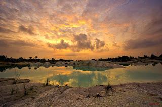 Bagi kamu yang menggemari kegiatan travelling dan fotografi alam, menjelajahi keindahan alam Indonesia tentunya  satu hal yang wajib untuk dilakukan. Berkunjung dari satu tempat indah ke tempat indah lainnya, mengabadikan momen dan keindahan alam lewat lensa kamera kamu merupakan satu hal yang sangat menyenangkan untuk dilakukan. Gunung, hutan, pantai, sungai ataupun gua-gua indah banyak tersebar di sepanjang wilayah kepulauan Indonesia, namun kali ini saya akan memeberikan sedikit informasi mengenai beberapa danau terindah di Indonesia yang dapat kamu jadikan sebagai destinasi kegiatan traveling kamu. Danau apa saja yang termasuk kedalam daftar terindah, inilah  beberapa diantaranya. 1. Danau Habema    Danau Habema adalah danau tertinggi di Indonesia yang terletak di area Taman Nasional Lorentz, Papua. Danau ini memiliki pemandangan yang meneduhkan berupa hamparan sabana hijau. Bila beruntung, di tempat ini sobat travelerdapat menjumpai flora dan fauna langka seperti anggrek hitam dan burung Cendrawasih.  2. Danau Kaolin     Belitung tidak hanya memiliki pantai-pantai berpasir putih yang indah saja lho. Tetapi juga memiliki danau yang menawan seperti Kawah Putih Ciwidey. Danau Kaolin namanya. Danau ini terletak cukup strategis, sekitar 8 km saja dari Bandar Udara Hanandjoedin, Tanjung Pinang, Belitung. Waktu terbaik untuk berkunjung ke Danau Kaolin adalah saat matahari terbit, berada di danau ini serasa melihat hamparan salju yang putih. 3. Danau Laguna    Danau Laguna atau yang disebut juga Danau Ngade terletak di Desa Ngade, Kelurahan Fitu, Kecamatan Kota Ternate Selatan, Maluku Utara. Danau ini sangat cocok dikunjungi untuk melepas penat dan berburu obyek fotografi. Melihatnya dari ketinggian tertentu, kenapa tidak?