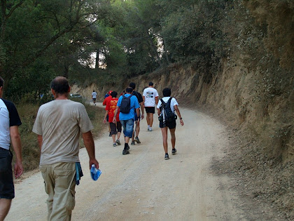 El camí passa a ponent del Turó d'en Dori