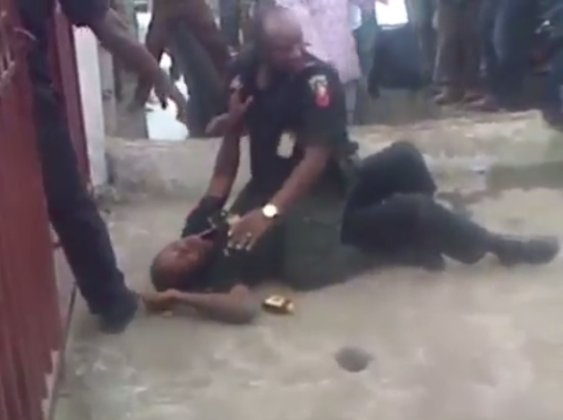 Photos: Two policemen fight in public  7
