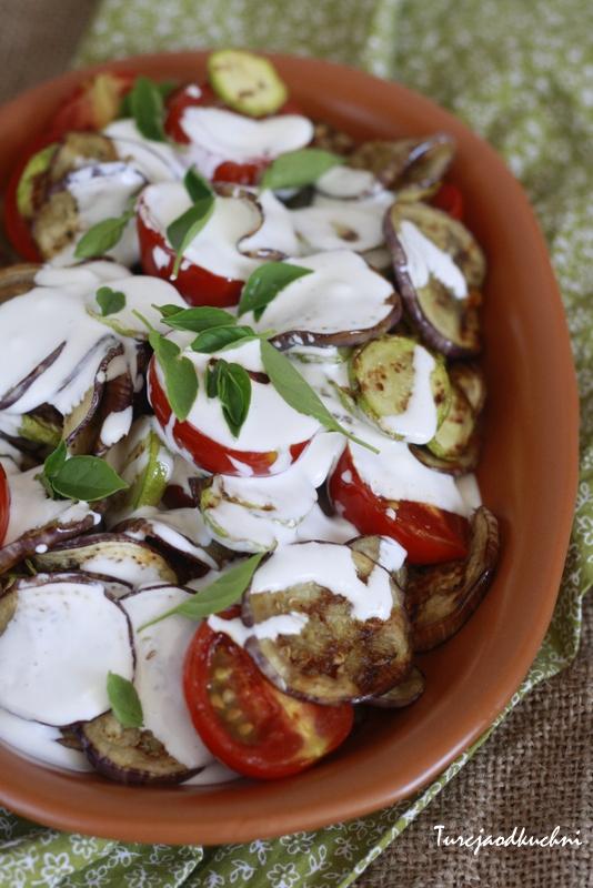 Grilowane warzywa z sosem jogurtowo - czosnkowym