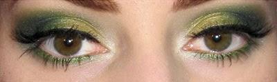 maquiagem verde e dourado com delineado gatinho Carnaval
