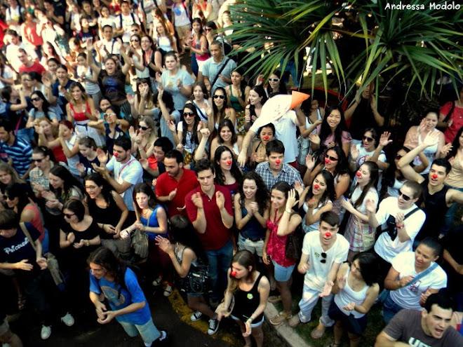 Estudantes na porta da reitoria da Universidade Estadual de Maringá