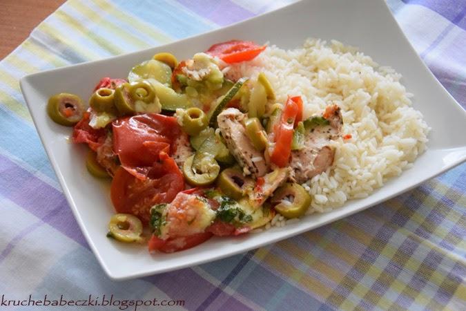 Kurczak zapieczony z mozzarellą, oliwkami i pomidorem