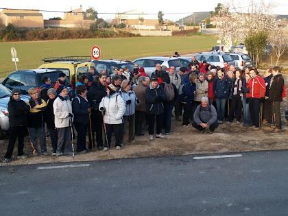 Tot el grup de caminants davant les antigues escoles de l'Espelt