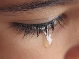Gambar mata wanita menangis mengeluarkan air mata