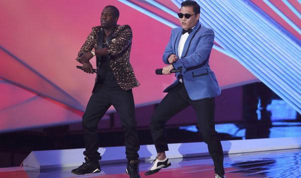 HART menari tarian kuda bersama PSY pada Anugerah Muzik Video MTV di Pusat Staples, Los Angeles kelmarin.
