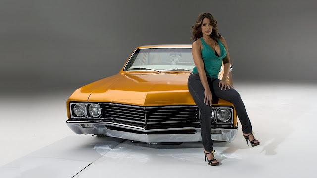 Vida Guerra and vintage car