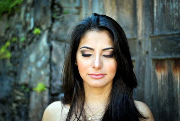 Maquiagem: olho com sombra verde, dourado e rosa