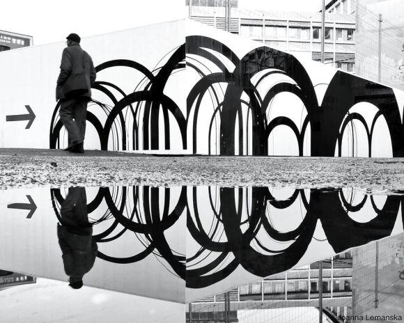 Joanna Lemanska fotografia Paris reflexos através poças de água Ruas de Paris