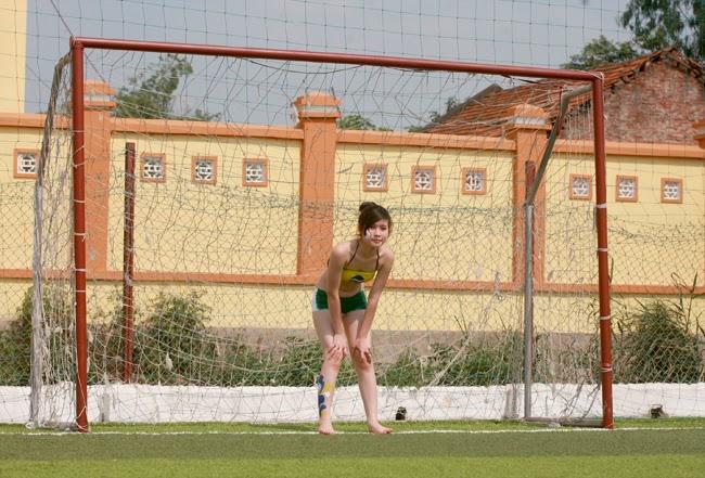 World Cup 2014: Ảnh hot girl Việt đua tài trên sân cỏ