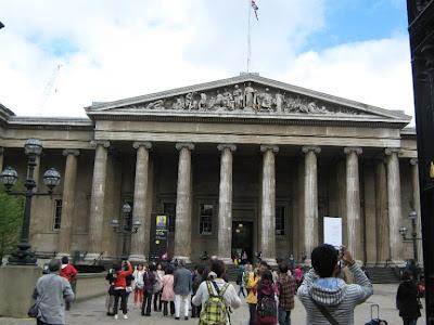 Custodia más de siete millones de objetos de todos los continentes, muchos de los cuales se encuentran almacenados para su estudio y restauración, o guardados por falta de espacio para exhibirlos.