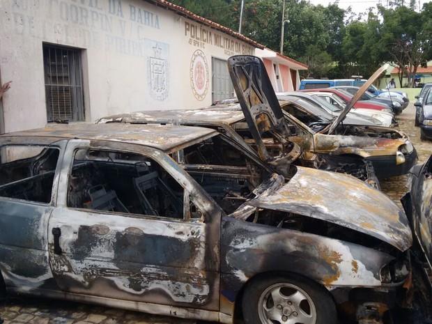 Carros são incendiados em frente à delegacia de Piripá (Foto: Divulgação/Polícia Militar)
