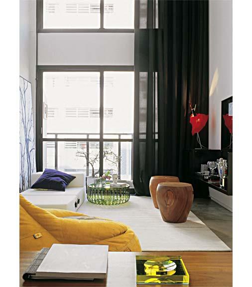 decoracao de sala longa:Base branca e luz natural: eis a receita para o cômodo parecer maior