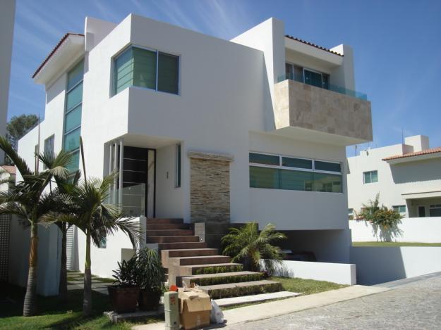 Fachadas minimalistas hermosa residencia estilo for Casas minimalistas modernas con cochera subterranea