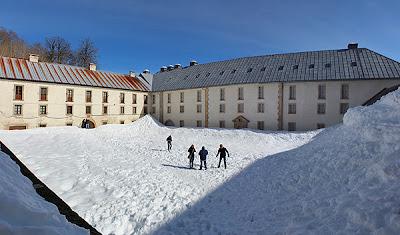 Albergue de peregrinos de Roncesvalles. Al fondo, la puerta, con metro y medio de nieve.