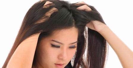 Mengusap Rambut dengan Kuku