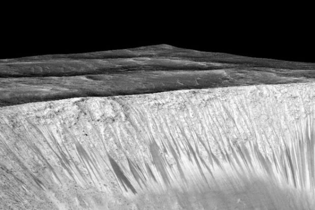 Saintis berjaya buktikan air mengalir di permukaan planet Marikh