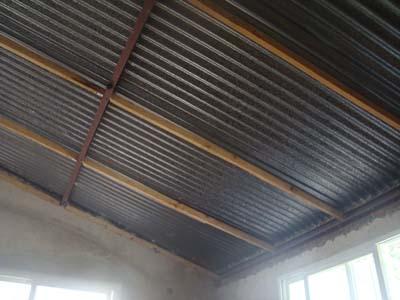 La casa de la totora haciendo el cielorraso for Como hacer un techo economico para casa