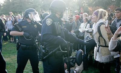 Policia rocia con gas pimienta a manifestantes