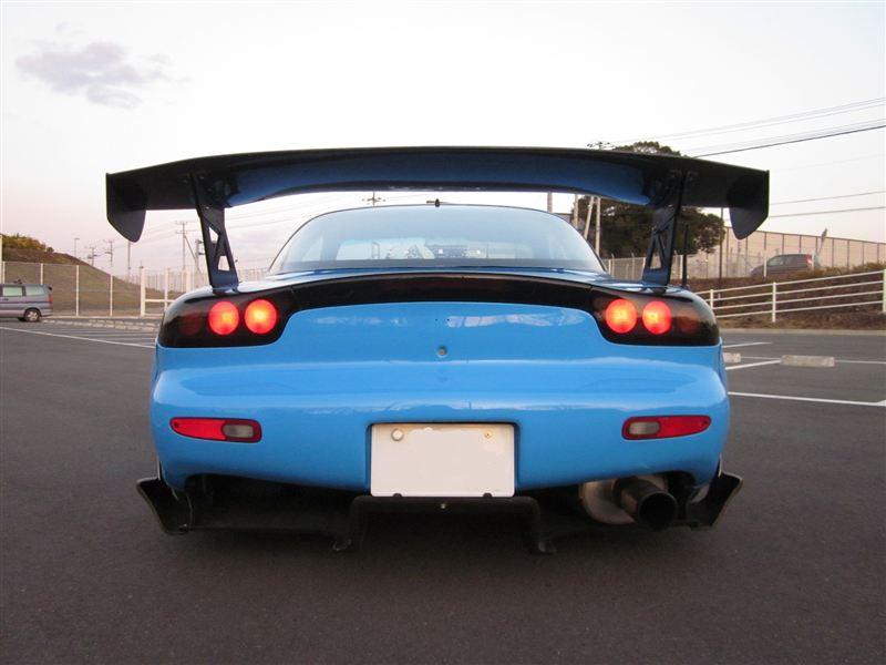 Mazda RX-7 FD, tył, niebieska, kultowe auta, najciekawsze samochody z lat 90, tuning, duże skrzydło, spojler, JDM