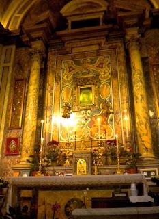 L'altare con l'immagine della Madonna