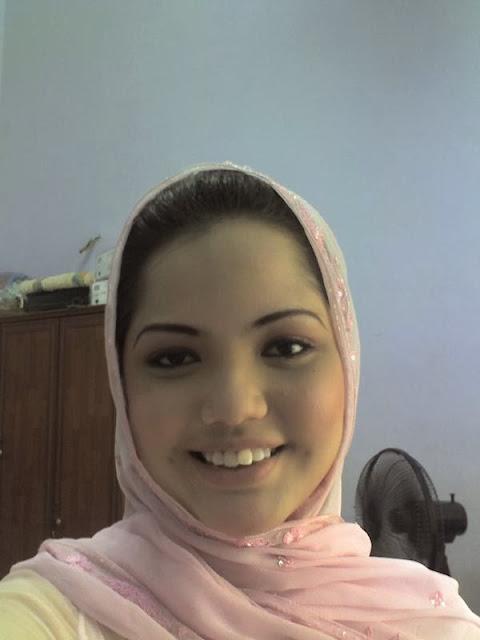 Foto Narsis Tante Berjilbab Pamer Belahan Dada Seksi