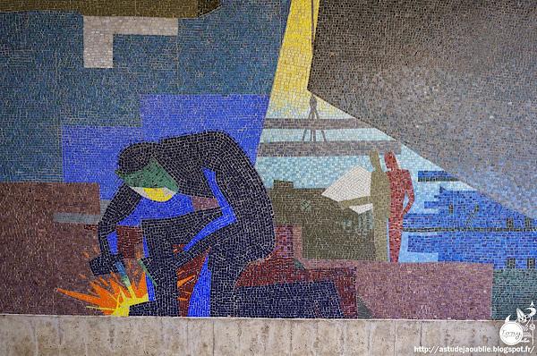 Saint-Nazaire - Eglise Sainte-Anne  Architecte: Henri Demur  Vitraux: Serge Rezvan  Fresques mosaïque: Paul Colin (exécution Atelier J. Barillet)  L'autel: Maxime Adam Tessier  Construction: 1956 - 1957  Le tabernacle: François-Victor Hugo  Christ en croix: Albert Shilling