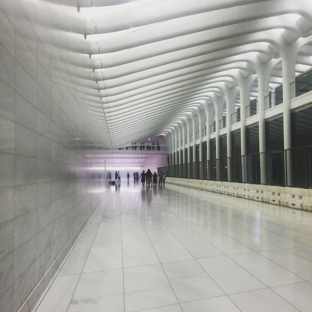 Passages inside the path west concourse at one world for Interieur world trade center
