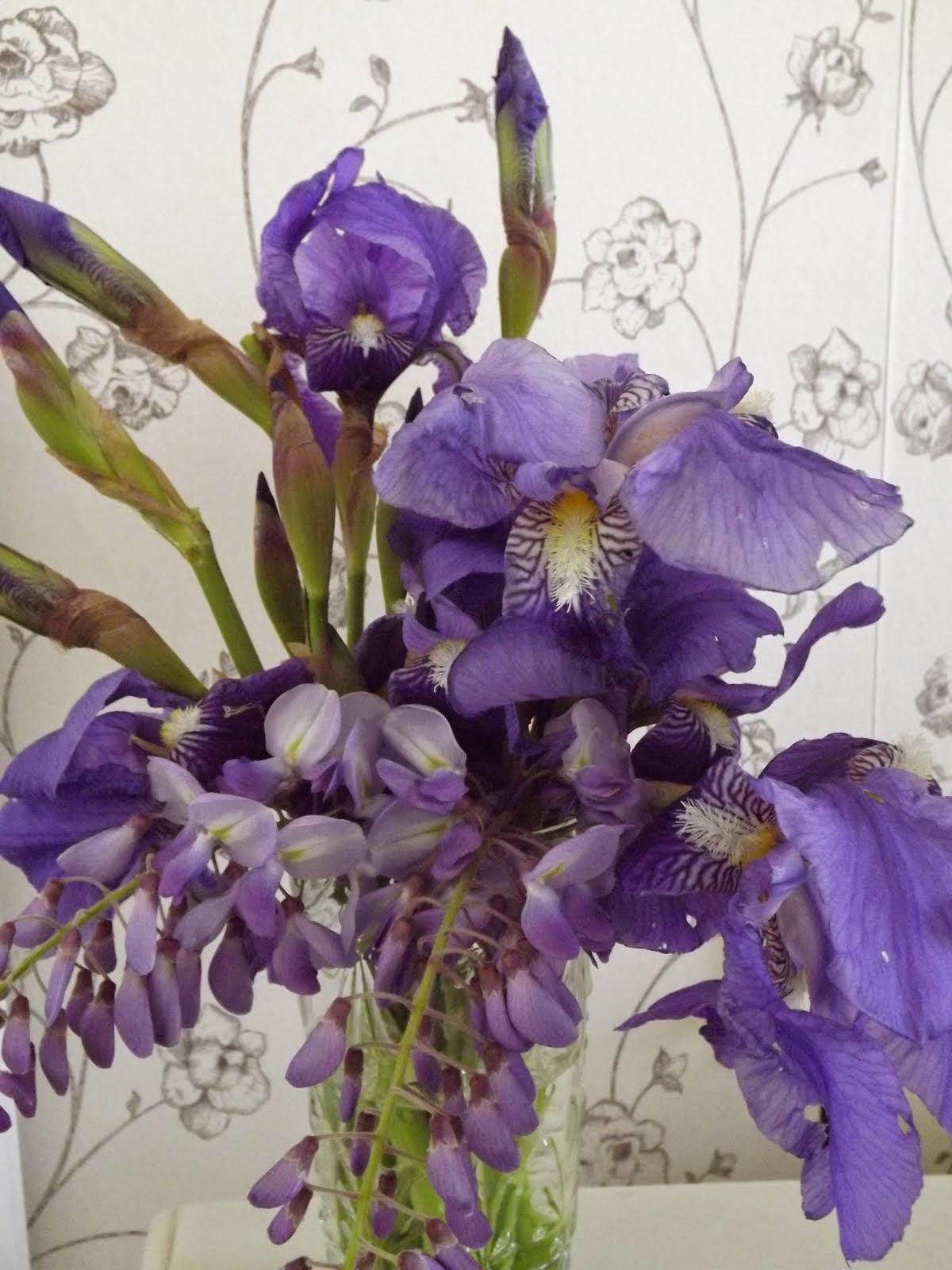 Con sus ramos de lilas...
