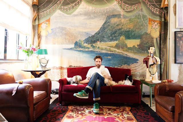 Diseñador Alexandre herchcovitch en el salon de su casa